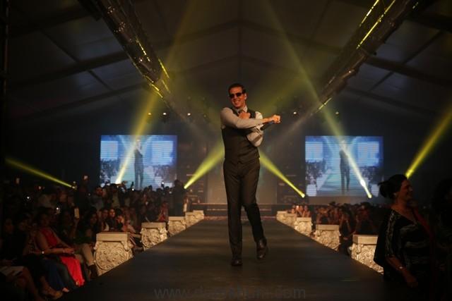 Akshay Kumar walked the ramp for Leading Fashion Designer Ramesh Dembla 1
