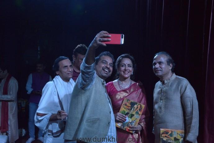 Shankar Mahadevan is taking selfie with Hema Malini and Suresh wadkar