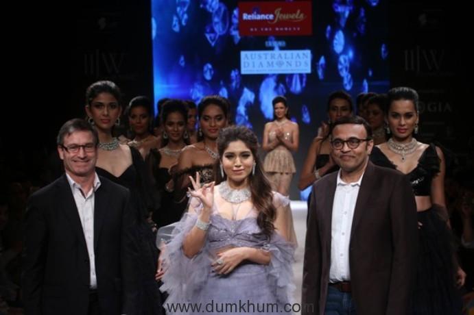 Bollywood celebs KRITI SANON, BHUMI PEDNEKAR, VAANI KAPOOR YAMI GAUTAM, DIA MIRZA, SHAMITA SHETTY AS SHOWSTOPPERS @IIJW2017.