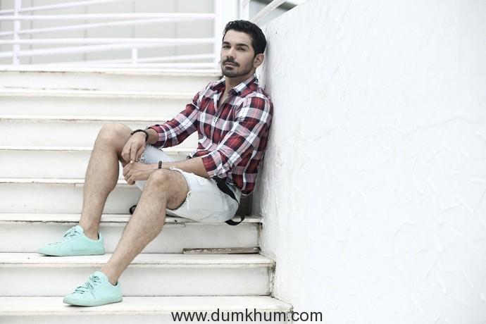Abhinav Shukla turns photographer for Zareen Khan on the sets of Aksar 2!-