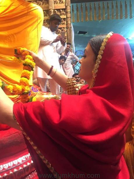 Actress Aishwarya Rai Bachchan seeks blessings from Lalbaug Cha Raja--