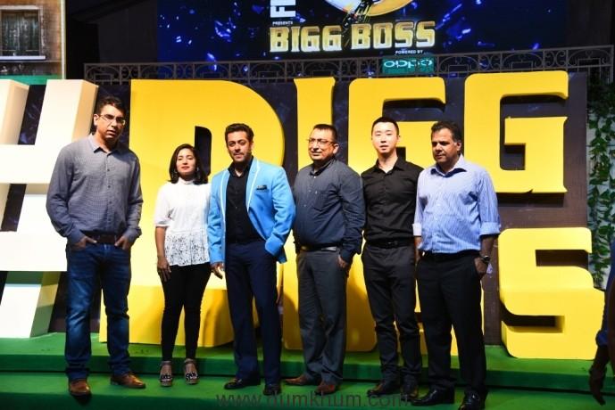 Deepak Dhar, Nadia Chauhan, Salman Khan, Yogesh B Dutta, Will Yang and Raj Nayak at the launch of Bigg Boss 11 (26-09-17)