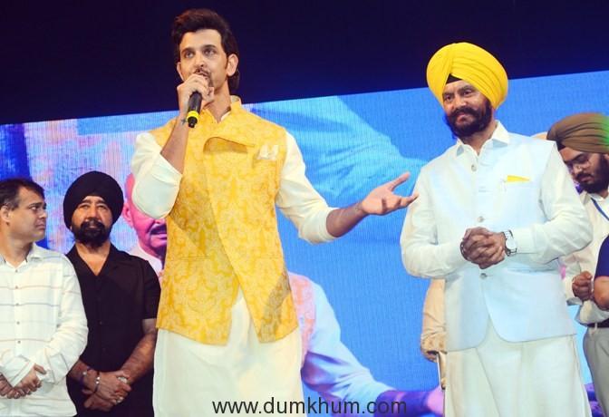 """Hrithik Roshan and Jitender Singh Shunty at Basanti Chola Diwas"""" at Bhaidas Auditorium Mumbai on 28th September 2017"""