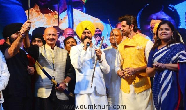 """L-R - , S. G.S Bawa, Rakesh Roshan, Jitender Singh Shunty, Hrithik Roshan and Poonam Mahajan at Basanti Chola Diwas"""" at Bhaidas Auditorium Mumbai on 28th September 2017"""