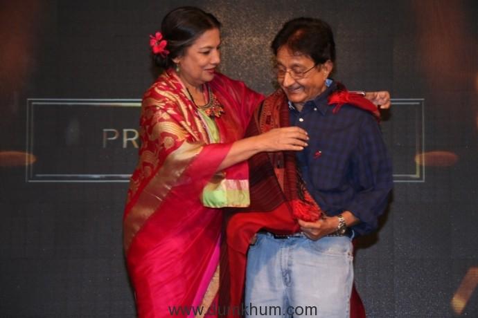 Shabana Azmi honouring Praveen Bhatt at the 8th Jagran Film Festival Award Night