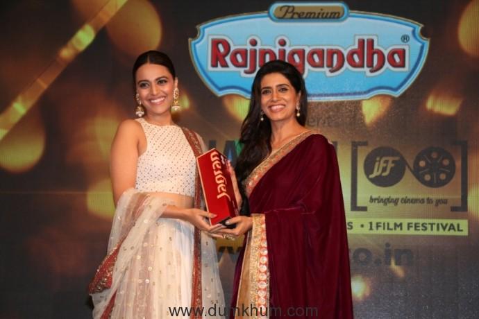 Swara Bhaskar receiving award from Sonali Kulkarni at the 8th Jagran Film Festival Award Night