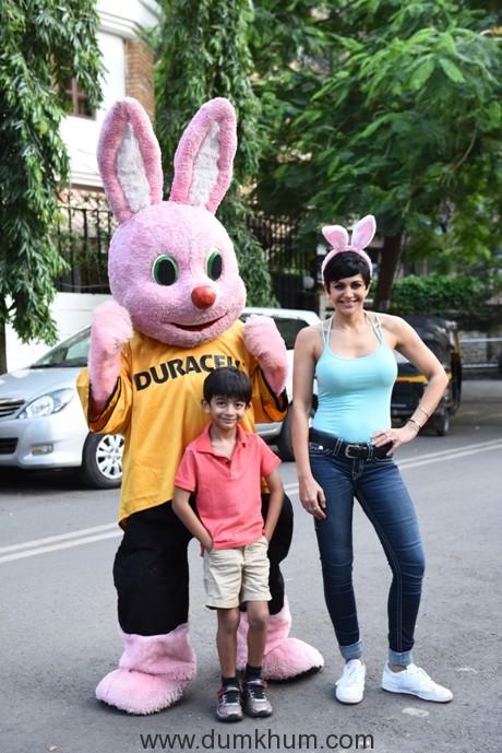 Duracell's 'Durathon' campaign ropes in Mandira Bedi to get Mumbai's families running