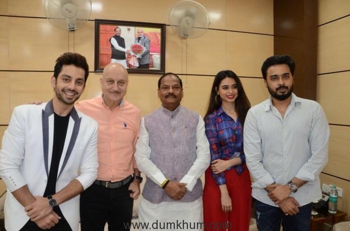L-R Himansh Kohli, Anupam Kher, Mr. Raghubar Das, Soundarya Sharma and Sattwik Mohnaty