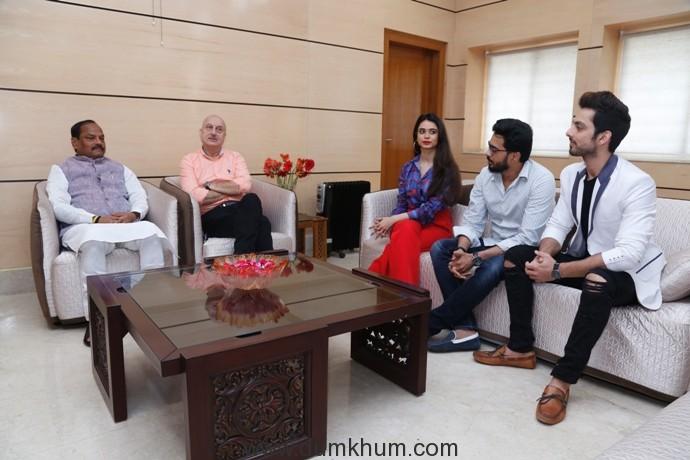 L-R Mr. Raghubar Das, CM Jharkhand with Anupam Kher,Souandarya Sharma, Sattwik Mohanty and Himansh Kohli