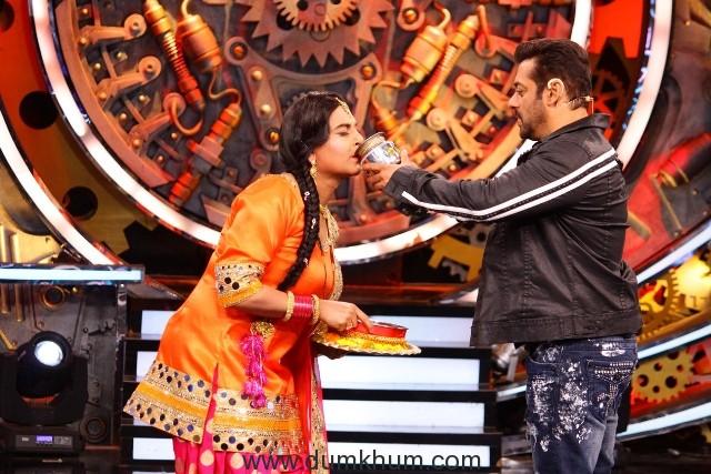 Salman Khan with Pinky Padosan, Bigg boss 11 (02)