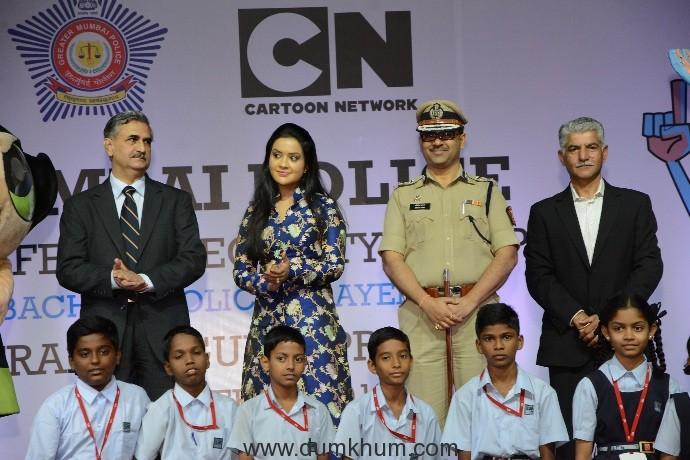 Datta Padsalgikar - CP Mumbai, Amruta Fadnavis, Amitesh Kumar - Jt Commissioner of Police Traffic and Siddharth Jain posing with children