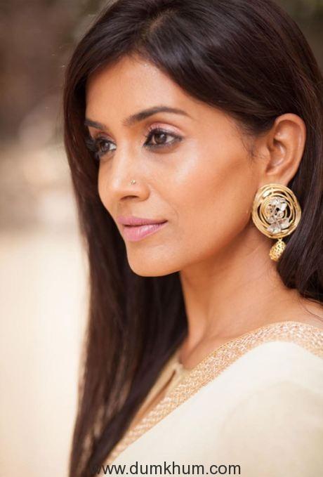 Sonali Kulkarni continues to impress in her film Kaccha Limbu!