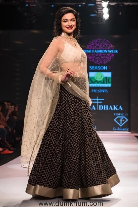 Divya Khosla Kumar walks for designer Rina Dhaka at Pune Fashion Week 2017--