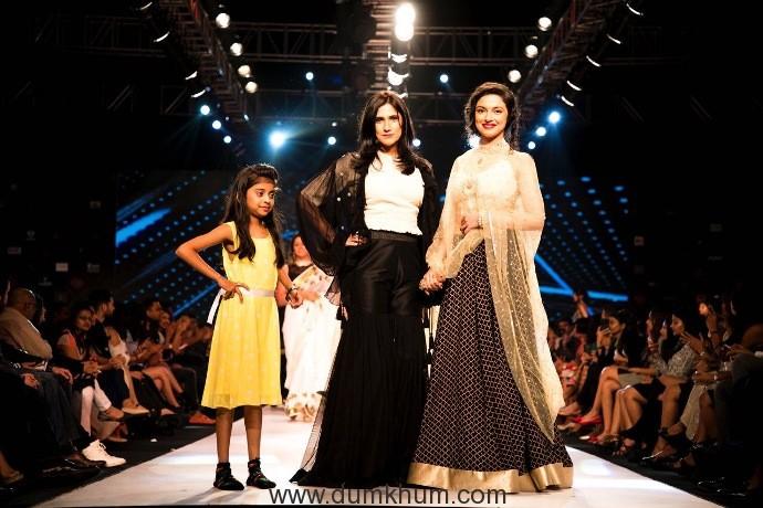 Divya Khosla Kumar walks for designer Rina Dhaka at Pune Fashion Week 2017-1