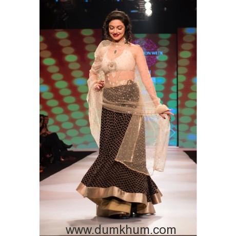 Divya Khosla Kumar walks for designer Rina Dhaka at Pune Fashion Week 2017