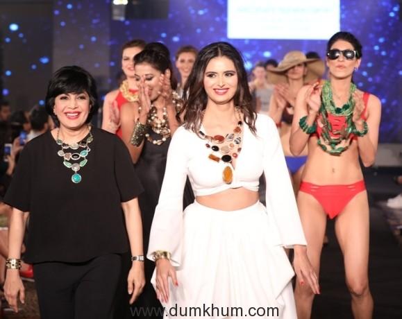 Meenakshi Dixit Walks the ramp for Mona Shroff at IIFW Season 1