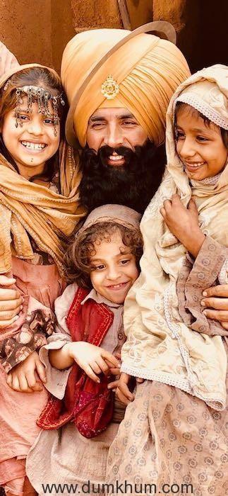 Akshay Kumar Shooting with these lovely children playing Afghani kids in #Kesari