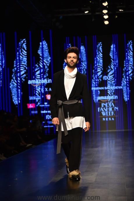 Heartthrob Kartik Aaryan sets the ramp on fire at Amazon India Fashion Week