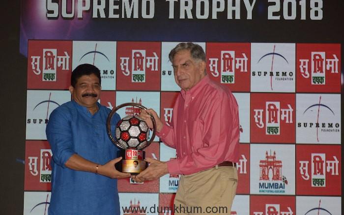 5. Sanjay Potnis, with Ratan Tata unveiling Supremo Chashak 2018 KPP_9155