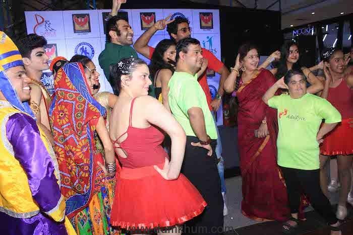 Sandip Soparrkar Kunal Kapoor poses with Dancer at IDW