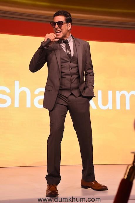 Akshay Kumar performing