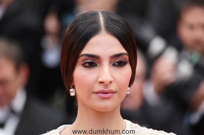 Sonam Kapoor's first red carpet look – L'Oréal Paris ambassador Sonam Kapoor knows how to make heads turn! (1)