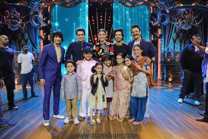 Anushka Sharma, Variun Dhavan, Vivek Oberoi, Shantanu Maheshwari and Omung Kumar with kids 3