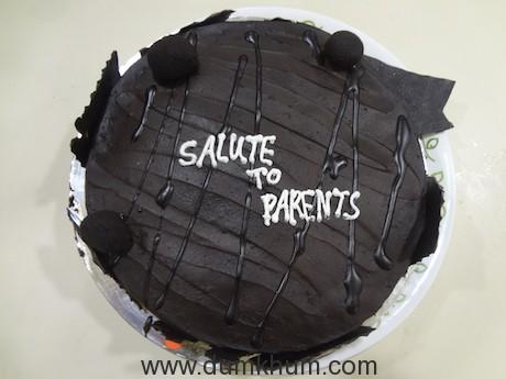 Sweekar cuts cake