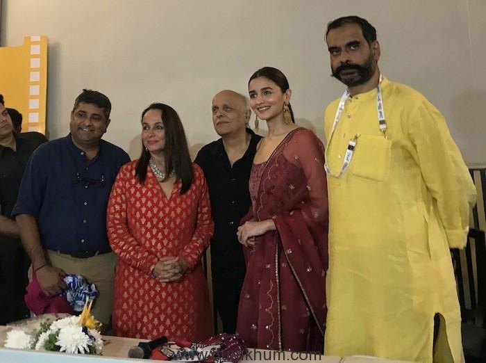 Alia Bhatt along with director Sanjoy Nag, and lead cast Soni Razdan and Mahesh Bhatt