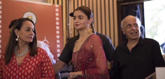 Alia Bhatt along with lead cast Soni Razdan and Mahesh Bhatt