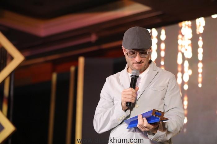 Filmmaker Darren Aronofsky receiving Excellance in Cinema award at Jio MAMI 20th Mumbai Film Festival with Star.JPG