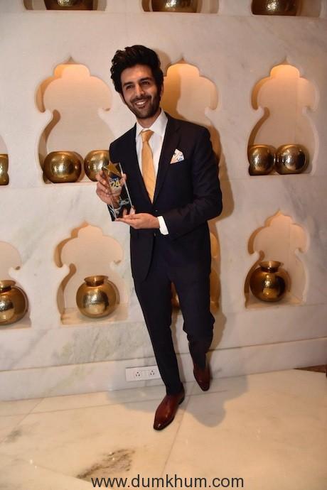 Kartik Aaryan with award (1)