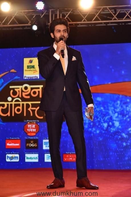 Kartik Aaryan with award (2)
