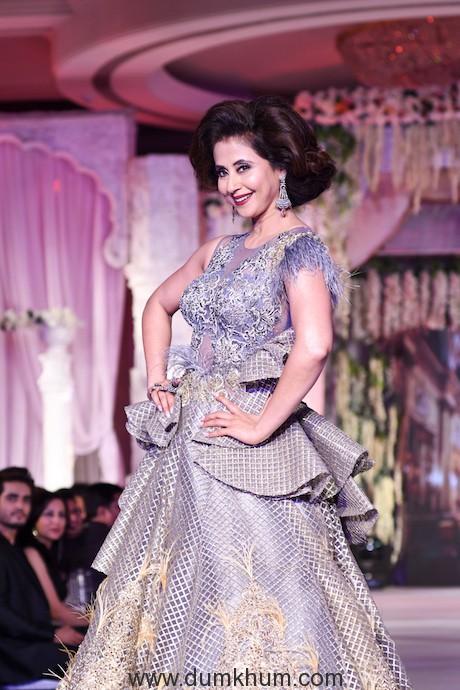 003. Urmila Matondkar walking the ramp for designer Rohit Verma DSC_1646