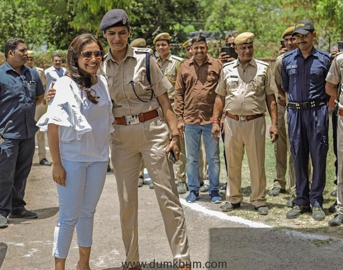Rani meets and interacts with the police force at Kota