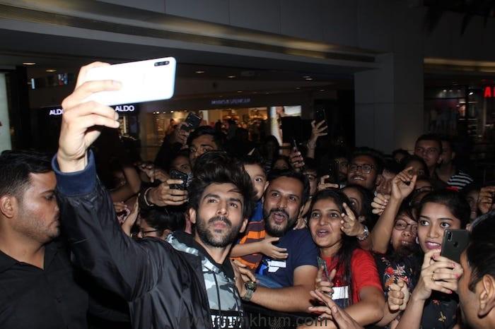 Kartik Aaryan's Fans Go Berserk At An Event In A Mall-1