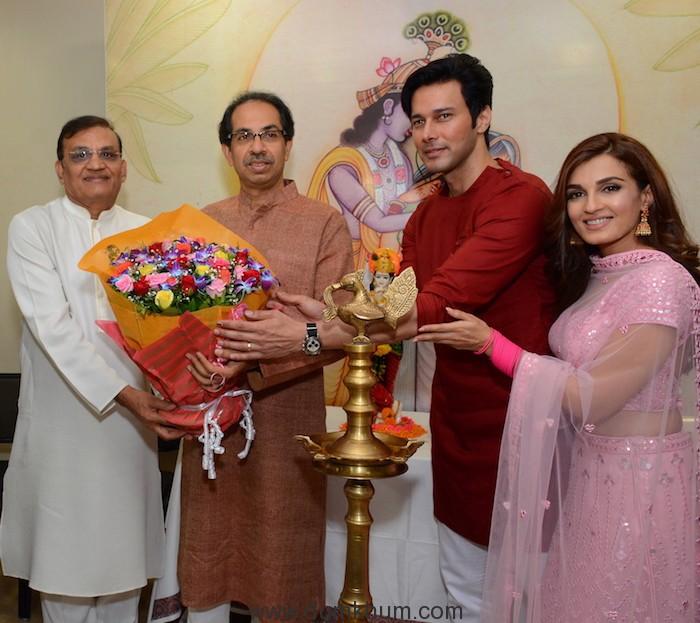 Member of Parliament Shri Rajkumar Dhoot, Shri Uddhav Thackeray, Shivsena Pakshapramukha along with the cast Rajniesh Duggall and Shiny Doshi -