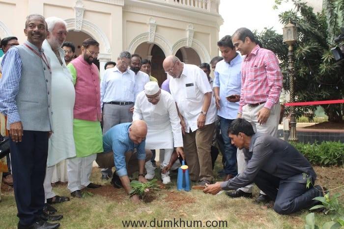 Shri Prakash Javadekar planting saplings with Film Personalities-1