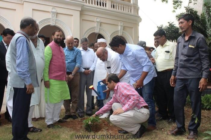 Shri Prakash Javadekar planting saplings with Film Personalities