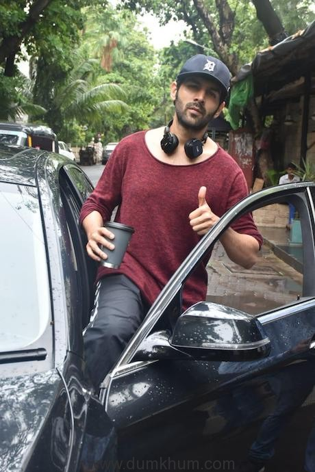 Heartthrob Kartik Aaryan snapped in the suburbs post dance rehearsals -