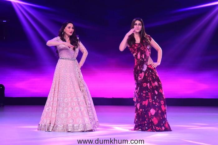Kriti Sanon and Madhuri Dixit dancing on Ankhiya Milao (3)