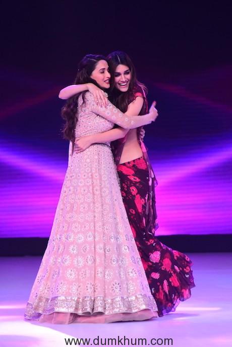 Kriti Sanon and Madhuri Dixit dancing on Ankhiya Milao (5)