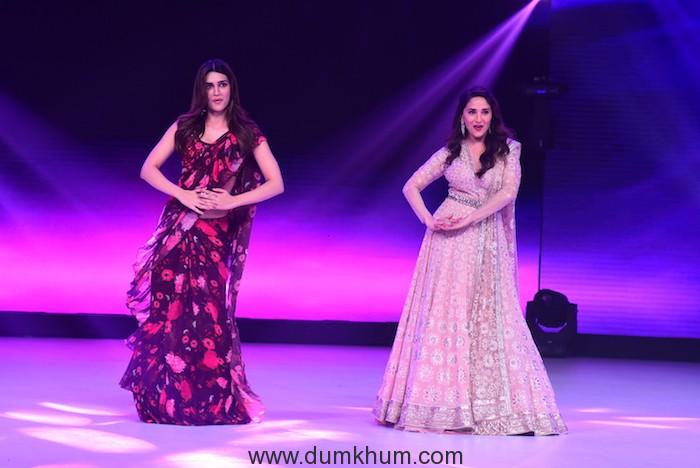 Kriti Sanon and Madhuri Dixit dancing on Ankhiya Milao(1)