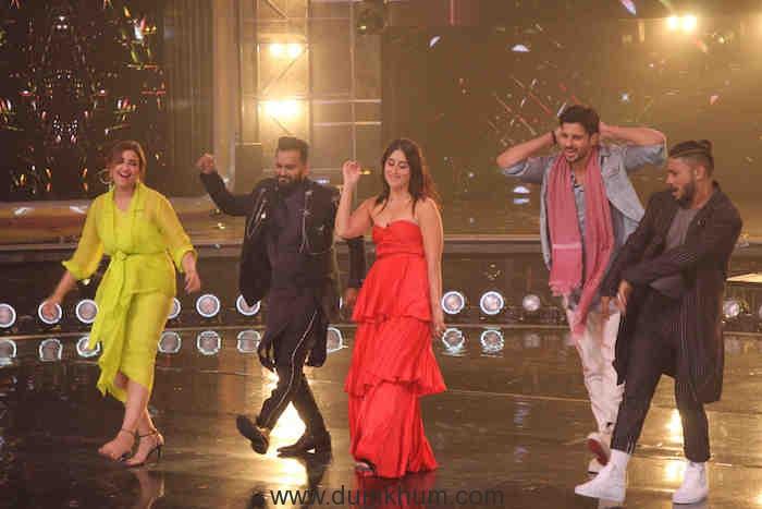 Siddharth Malhotra and Parineeti Chopra grooving to Khadke Glassy with Judges Bosco Martis,Kareena Kapoor Khan, Raftaar and Host Karan Wahi (13)