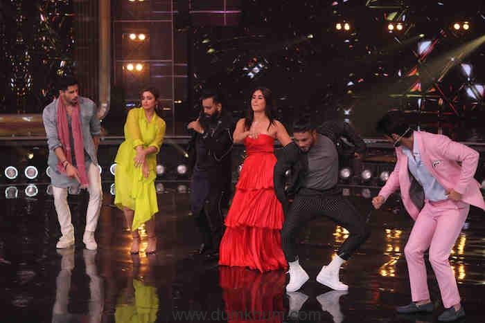 Siddharth Malhotra and Parineeti Chopra grooving to Khadke Glassy with Judges Bosco Martis,Kareena Kapoor Khan, Raftaar and Host Karan Wahi (7)