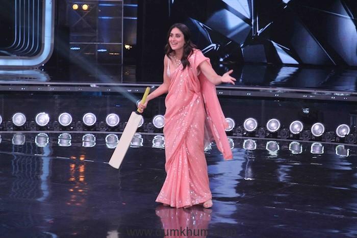 Judge Kareena Kapoor Khan playing cricket with Kapil Dev on sets of DID(4)