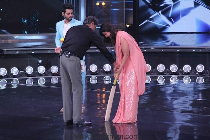 Judge Kareena Kapoor Khan playing cricket with Kapil Dev on sets of DID(8)