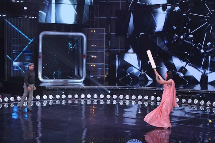 Judge Kareena Kapoor Khan playing cricket with Kapil Dev on sets of DID(9)