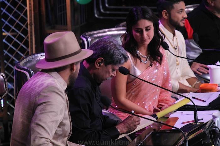 Kapil Dev signing a bat for Taimur on DID .JPG(2)