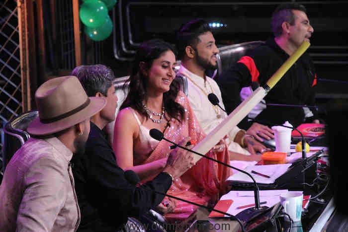 Kapil Dev signing a bat for Taimur on DID (3)